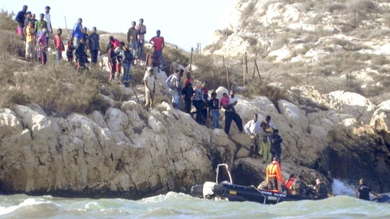 Desalojan durante la noche a los inmigrantes que se habían refugiado en el peñón español frente a Marruecos