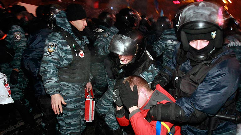 La Policía vuelve a desalojar a los manifestantes en la Plaza de la Independencia en Kiev