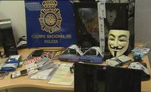 La careta de 'Anonymous', equipos informáticos y demás material inacautado en la operación policial