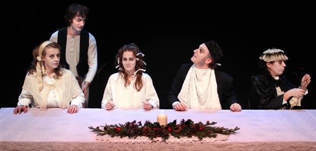 Desde su estreno en 2004, la compañía Guindalera programa en su teatro programa 'La larga cena de Navidad' que esta Navidad han llevado a los Teatros del Canal