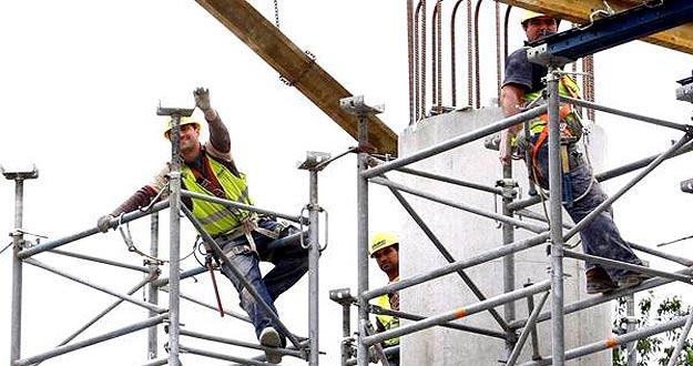 Varios operarios trabajan en una obra en Bilbao en junio de 2010