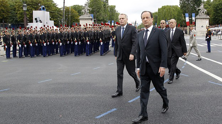 Fran&ccedil;ois Hollande preside su primer desfile militar