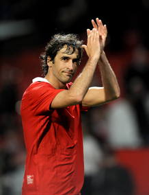 El jugador del Schalke 04 Raul se despide de los aficionados alemanes desplazados a Manchester.