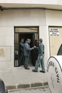 Agentes de la Guardia Civil en el exterior del domicilio de la pareja detenida tras la muerte de su hijo de dos años.