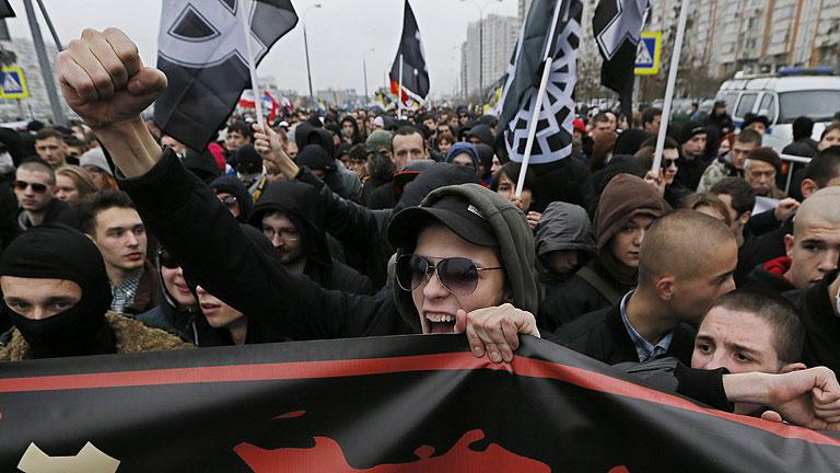 La policía detiene a decenas de personas por exhibir símbolos nazis, en Moscú
