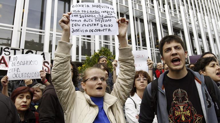 Un detenido en una concentración de afectados por la hipoteca ante la sede del banco malo