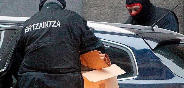 Agentes de la División Antiterrorista y de Información de la Ertzaintza registran en Guipúzcoa el domicilio de un detenido por violencia callejera.