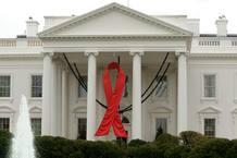 La fachada principal de la Casa Blanca luce un gran lazo rojo con motivo del Día Internacional del SIDA en Washington, (Estados Unidos).