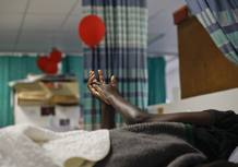 Un paciente permanece en su cama del centro para enfermos de sida Hillcrest, en Durban, Sudáfrica