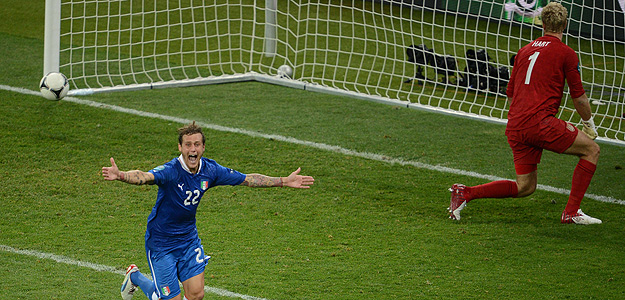 Diamanti celebra el tanto de la victoria italiana.