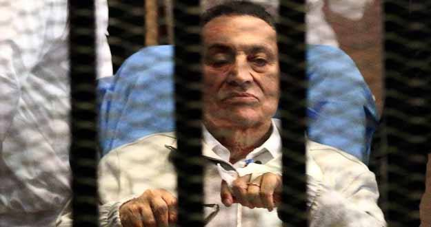 El dictador depuesto Hosni Mubarak en la cabina de acusados dirante un juicio en una imagen de archivo.