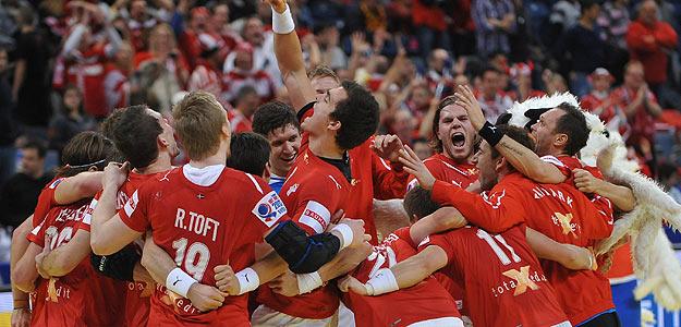 Los jugadores daneses celebran el pase a semifinales de su equipo.