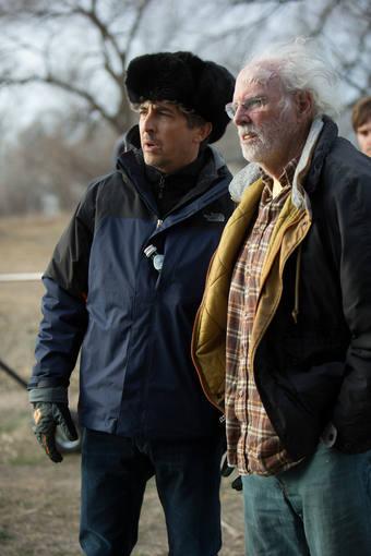 El director Alexander Payne da indicaciones a Bruce Dern durante el rodaje de 'Nebraska'.