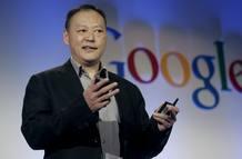 El director general de HTC, Peter Chou, muestra el nuevo móvil de Google, el Nexus One
