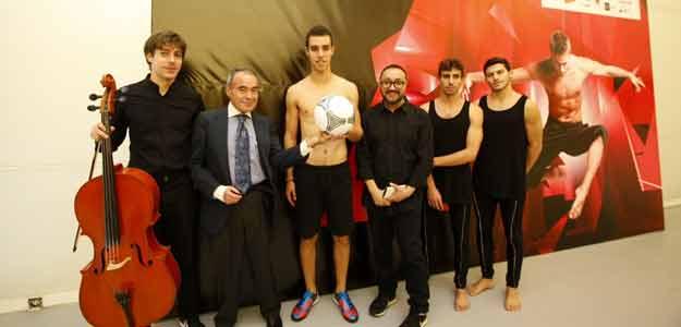 """El Director General de Promoción Cultural, Amado Giménez junto al coreógrafo Dani Pannullo y los artistas de su obra """"Avalanche"""" este lunes en Madrid"""