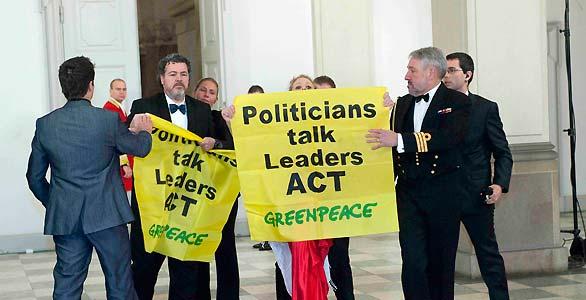 El director de Greenpeace España despliega una pancarta en la cumbre de Copenhague