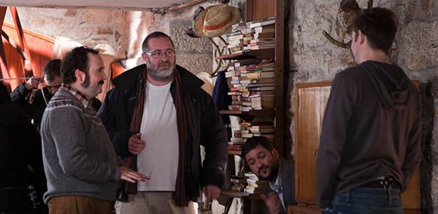 El director de 'Lobos de Arga', da instrucciones a los 3 protagonistas