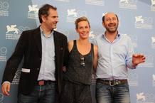 """El director Xavier Giannoli posa con los actores Cecile De France y Kad Merad durante la presentación de la película """"Superstar"""", en la Mostra"""
