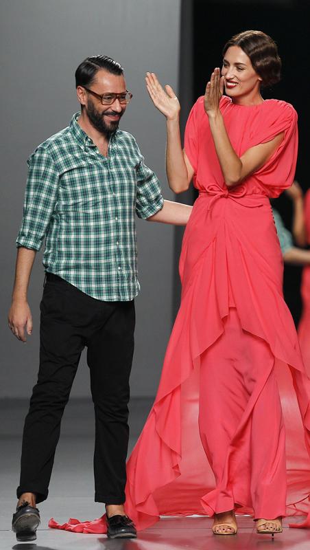 El diseñador Juanjo Oliva, junto a la modelo Nieves Álvarez, tras el desfile.