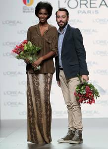 El diseñador Juanjo Oliva y la modelo Cecile López tras recibir el Premio L'oreal a la mejor colección y a la mejor modelo, respectivamente.