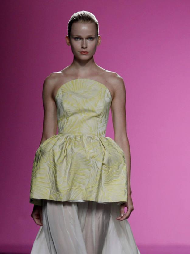 El diseñador madrileño se ha propuesto vestir bien y despacio a la mujer, un lujo que de épocas anteriores abanderaban Pedro Rodríguez, Balenciaga o Elio Berhanyer