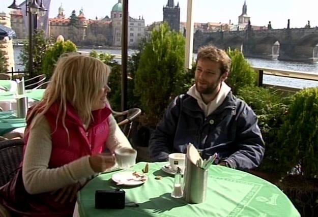 Disfrutando de un café en uno de los rincones de Praga - Buscamundos