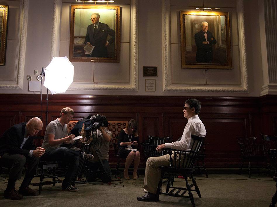 El disidente chino Chen Guangcheng pidió finalmente asilo en mayo en Estados Unidos tras sufrir la represión, tanto él y su familia, por las autoridades asiáticas. Los medios estadounidenses pusieron entonces el foco en su caso.