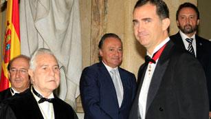 Ver vídeo  'Dívar elude referirse a su dimisión pero alerta contra los ataques al poder judicial'
