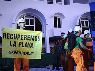 Ver vídeo  'Una docena de activistas de Greenpeace han tomado el hotel construido en la playa de El Algarrobico'