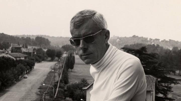 El poeta Gabriel Ferrater, desde el balcón de su casa en Sant Cugat del Vallès, cerca de Barcelona.