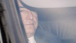 Ver vídeo  'Dominique Strauss-Kahn pasa la noche en prisión por una supuesta vinculación a una red de prostitución de lujo'