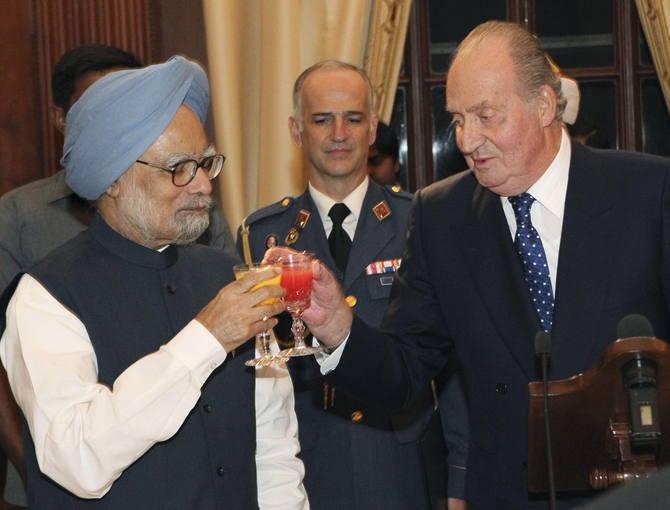 Don Juan Carlos brinda con el primer ministro indio, Manmohan Singh