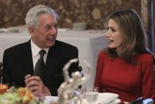 Doña Letizia conversa con el escritor Mario Vargas Llosa