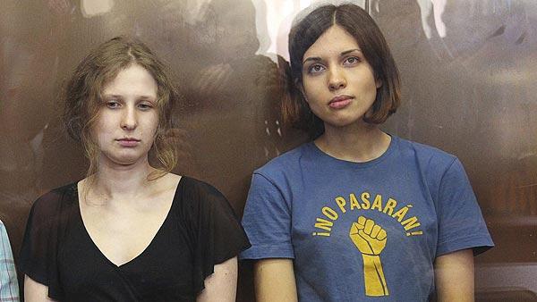 Dos de las miembros del grupo punk Pussy Riot, Maria Alyokhina (izq) y Nadezhda Tolokonnikova (dcha), durante el juicio