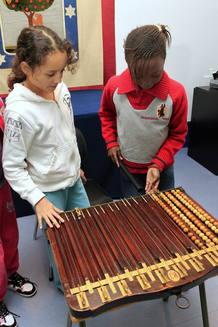 Dos niñas del colegio de San Ildefonso durante un ensayo del Sorteo de la Lotería de Navidad.