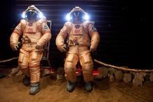 Dos de los tripulantes de Mars500 se prueban los trajes Orlan que usarán durante la misión
