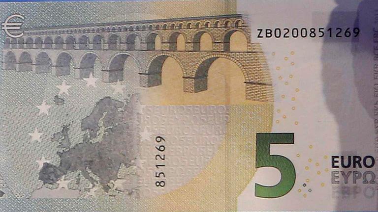 Draghi presenta los nuevos billetes de 5 euros que circularán en mayo