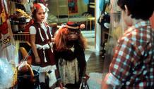 Drew Barrymore, Henry Thomas y ET en una escena de la película