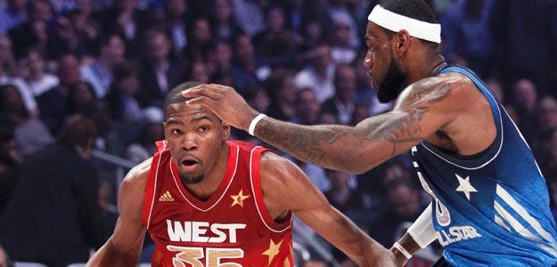 Kevin Durant (izq.) intenta entrar a canasta frente a Lebron James
