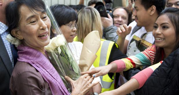 Suu Kyi, a la salida de su conferencia en la London School of Economics.
