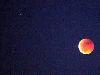 Ver vídeo  'El eclipse lunar más largo desde el año 2000 tiñe la luna de rojo'