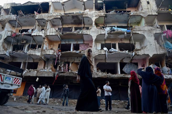 Edificios dañados por la bomba en Karachi, Pakistán