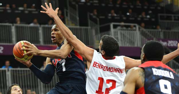 Russell Westbrook disputa el balón con Ben Ramdhane, de Túnez.