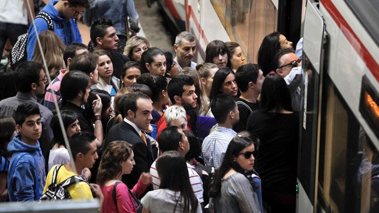 La huelga provoca retrasos en las líneas de cercanías y grandes atascos
