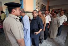 Varios egipcios esperan para entrar a votar en un colegio electoral en El Cairo.