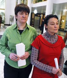 La portavoz del PCTV, Nekane Erauskin, junto a la abogada de Batasuna, Jone Gorizelaia.