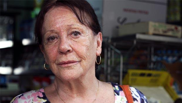 Elena Santoja, en su frutería del barrio de Salamanca el 8 de agosto de 2012.