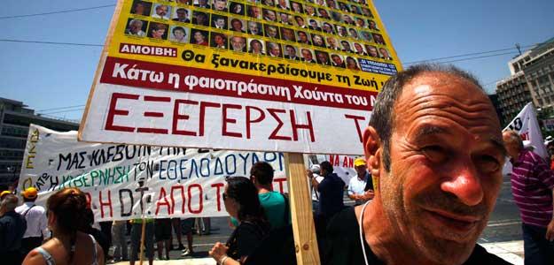 Un empleado de Hellenic Telecom se manifiesta en Atenas