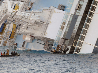 Ver vídeo  'Encuentran otros cinco cadáveres en el crucero Costa Concordia'