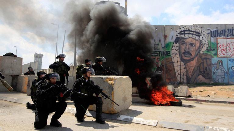 Enfrentamientos entre soldados israelíes y manifestantes palestinos en el Día de la Tierra